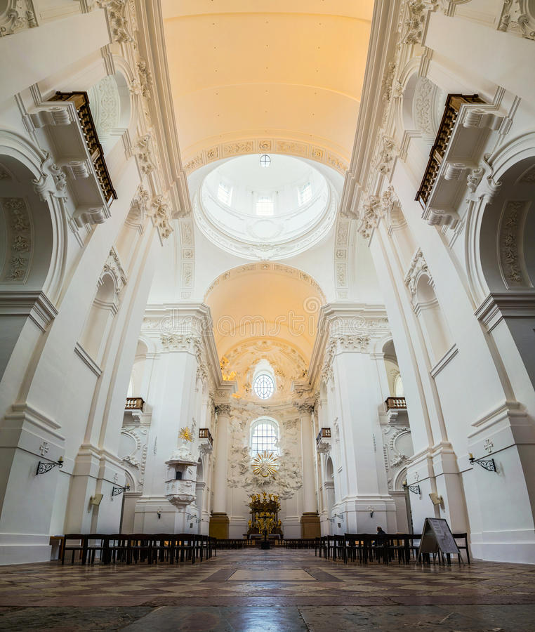 Interior da igreja escolar em Salzburg fotos de stock royalty free