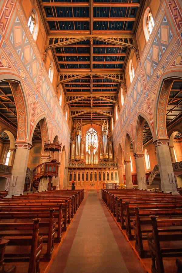 Interior da igreja neogótica do protestante de St Laurence foto de stock