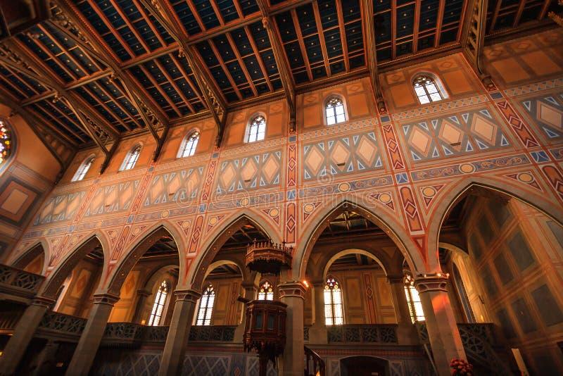 Interior da igreja neogótica do protestante de St Laurence ou de St Laurenzen Kirche, St Gallen, Suíça fotos de stock