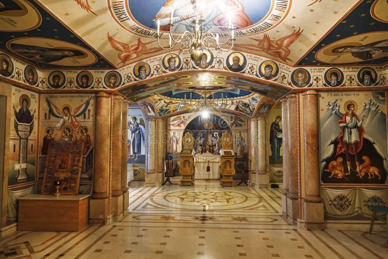 Interior da igreja ortodoxa subterrânea do Romanian da natividade do Virgin em Jericho, fotos de stock