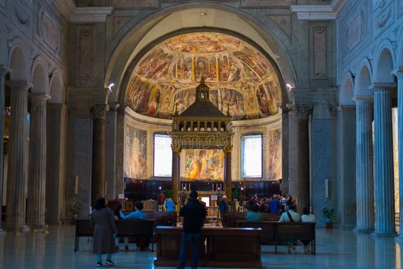 Interior da igreja romana, Roma, Itália imagem de stock royalty free