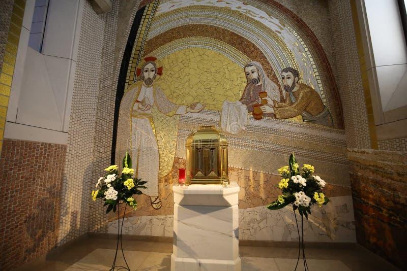 Interior da igreja superior principal no centro do papa John Paul II em Cracow, imagens de stock
