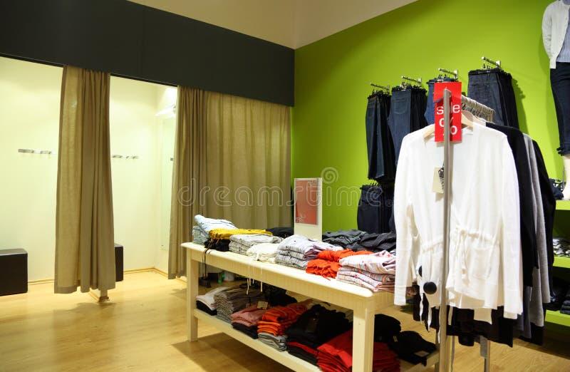 Interior da loja da roupa imagem de stock