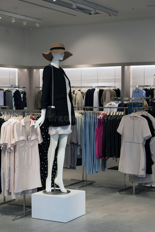 Interior da loja de roupa das mulheres com manequins fotos de stock royalty free