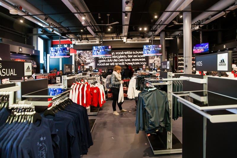 Interior da loja do clube do fotball de Ajax na arena de Amsterdão, Países Baixos fotos de stock