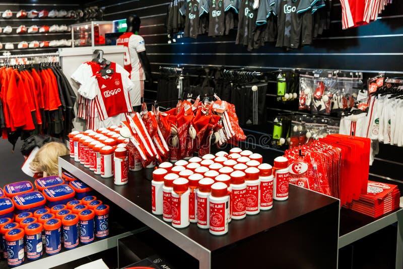 Interior da loja do clube do fotball de Ajax na arena de Amsterdão, Países Baixos imagens de stock
