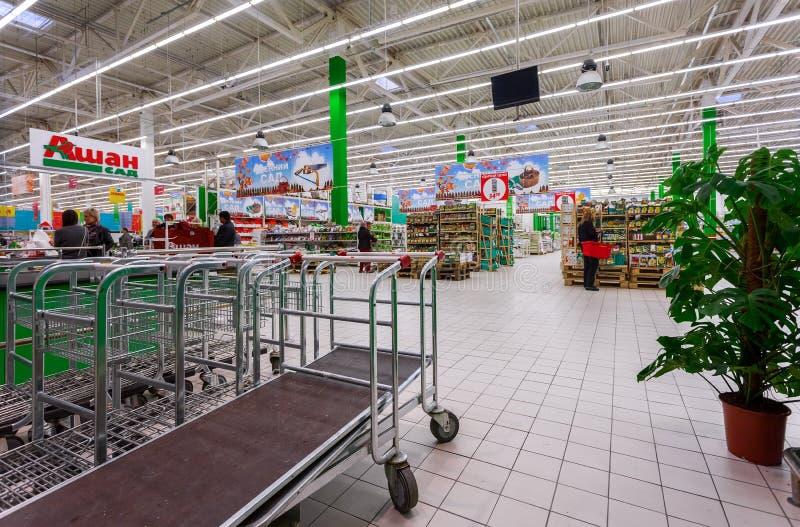 Interior da loja do jardim de Auchan fotografia de stock