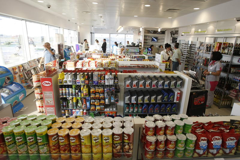 Interior da loja do posto de gasolina fotos de stock royalty free