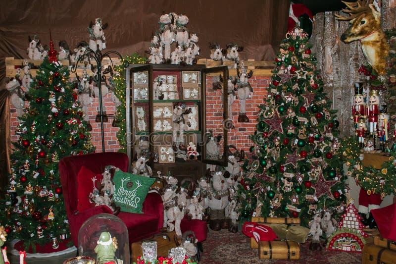 Interior da loja em Arezzo com a árvore e as decorações grandes de Natal fotos de stock