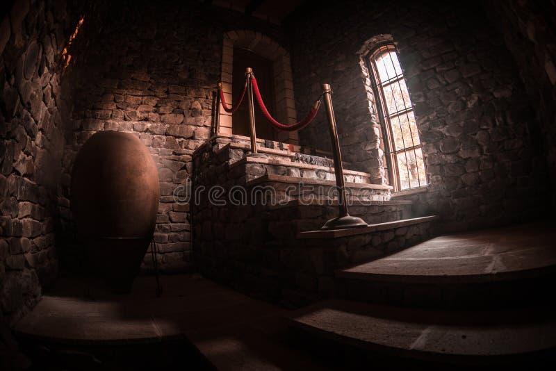 Interior da mansão abandonada assustador velha Escadaria e colunata Escadas escuras do castelo ao porão Escadas assustadores da p fotografia de stock