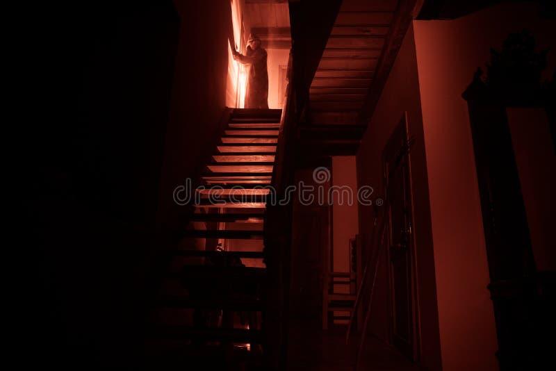 Interior da mansão abandonada assustador velha Silhueta da posição do fantasma do horror em escadas do castelo ao porão Pedra ass imagens de stock