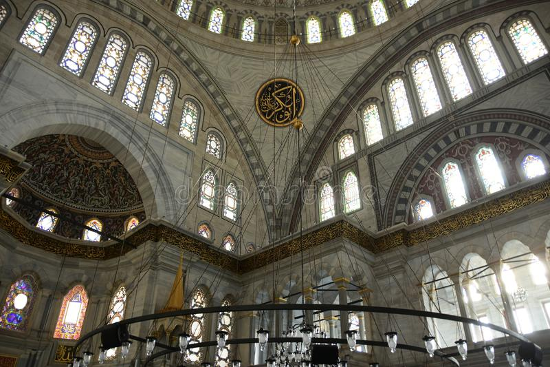 Interior da mesquita de Nuruosmaniye que mostra o Mihrab da ameia, a parede de mármore e as janelas de vitral fotos de stock