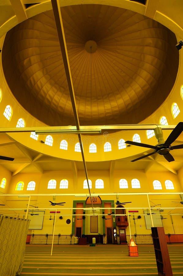 Interior da mesquita de Putra Nilai em Nilai, Negeri Sembilan, Malásia imagens de stock