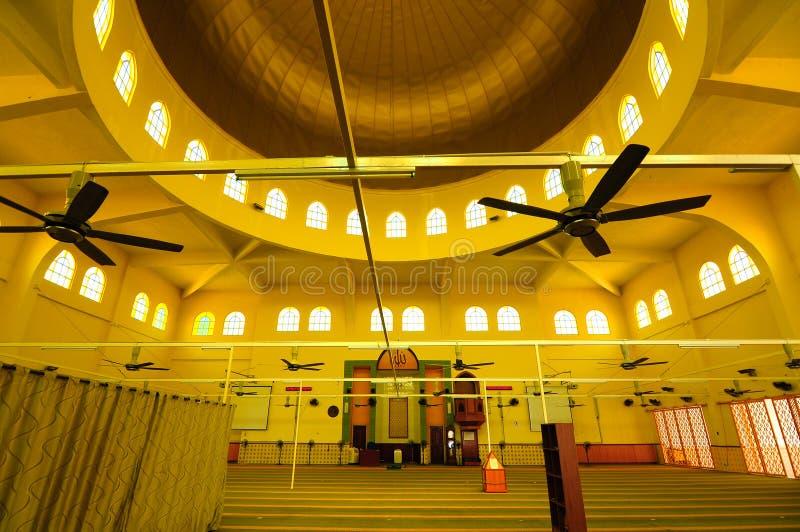Interior da mesquita de Putra Nilai em Nilai, Negeri Sembilan, Malásia imagens de stock royalty free