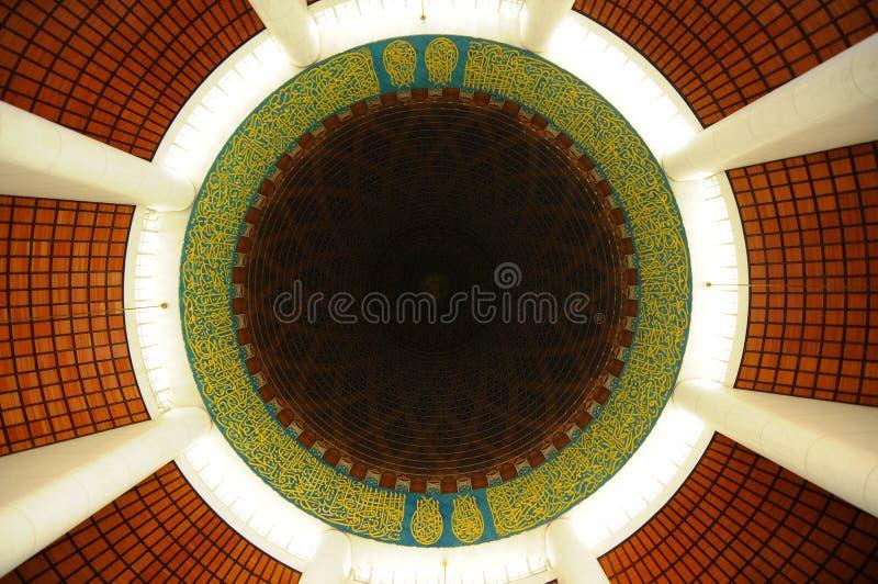 Interior da mesquita a de Sultan Salahuddin Abdul Aziz Shah K um xá Alam Mosque foto de stock royalty free