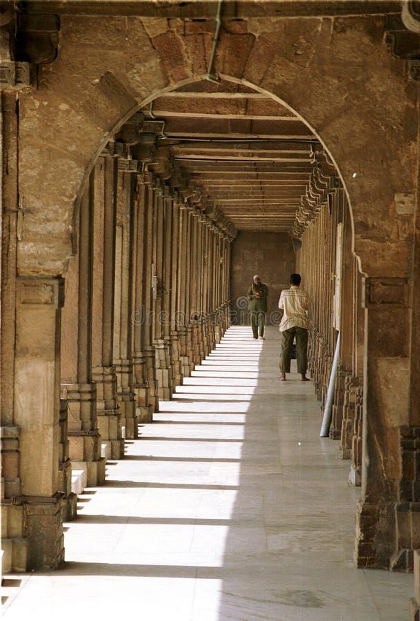 Interior da mesquita em Ahmedabad, Gujarat, Índia foto de stock royalty free