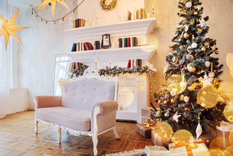 Interior da sala bonita com decorações do Natal fotos de stock royalty free