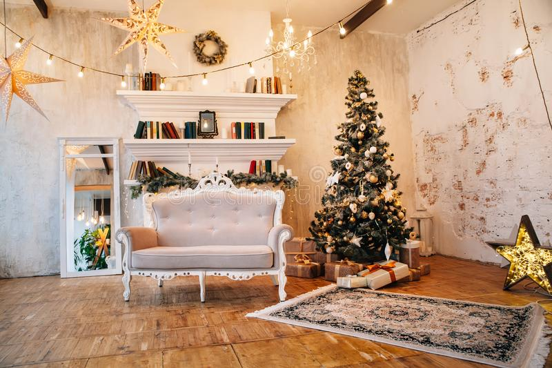 Interior da sala bonita com decorações do Natal fotos de stock