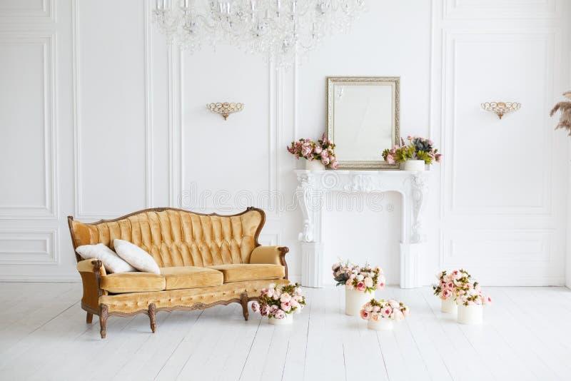 Interior da sala branca no estilo clássico fotografia de stock royalty free