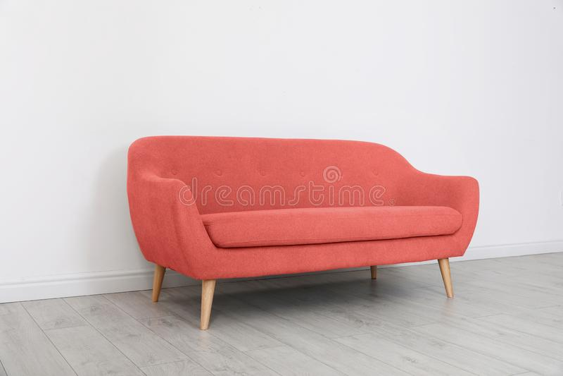 Interior da sala com sofá confortável fotos de stock royalty free