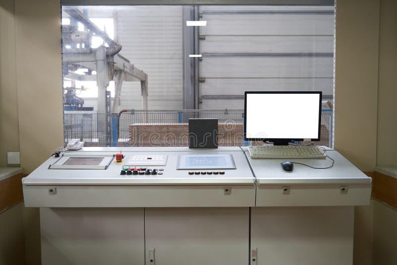 Interior da sala de comando com dispositivos do monitor e do controlador do computador na fábrica fotografia de stock royalty free