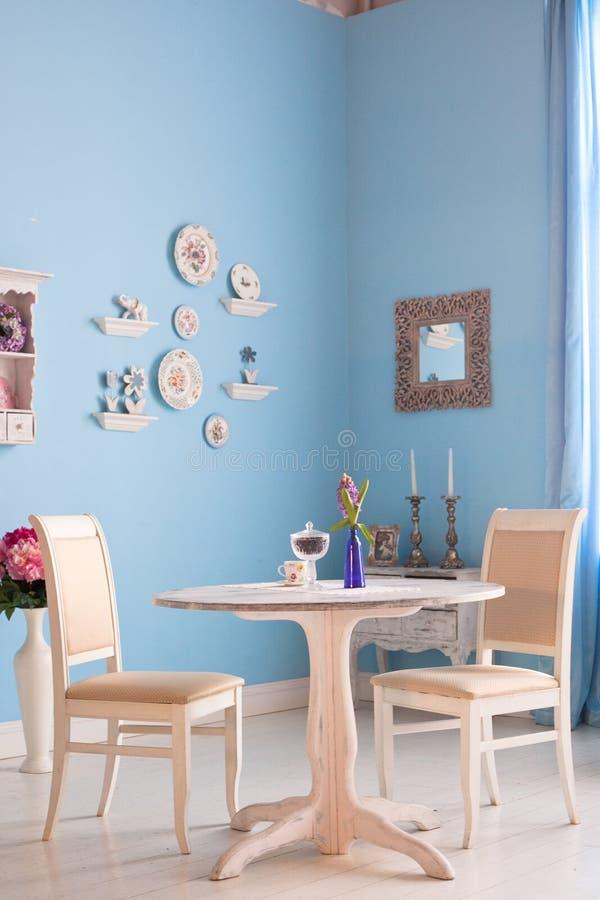 Interior da sala de jantar com parede azul foto de stock royalty free