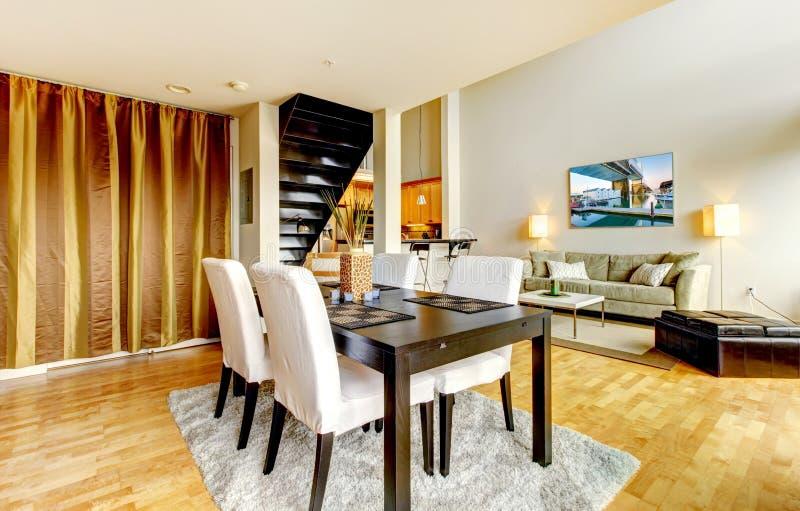 Interior da sala de jantar no apartamento moderno da cidade. fotos de stock royalty free