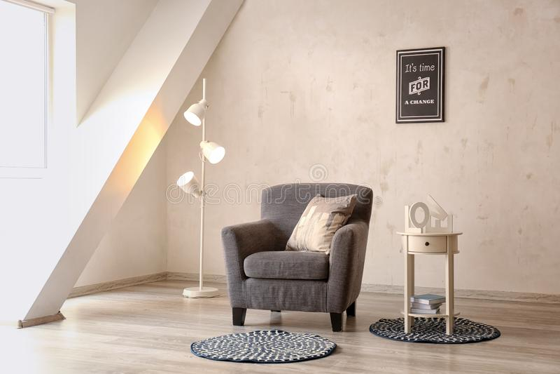 Interior da sala de Minimalistic com poltrona acolhedor fotografia de stock