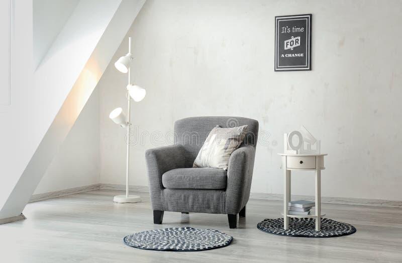 Interior da sala de Minimalistic com poltrona acolhedor fotos de stock royalty free