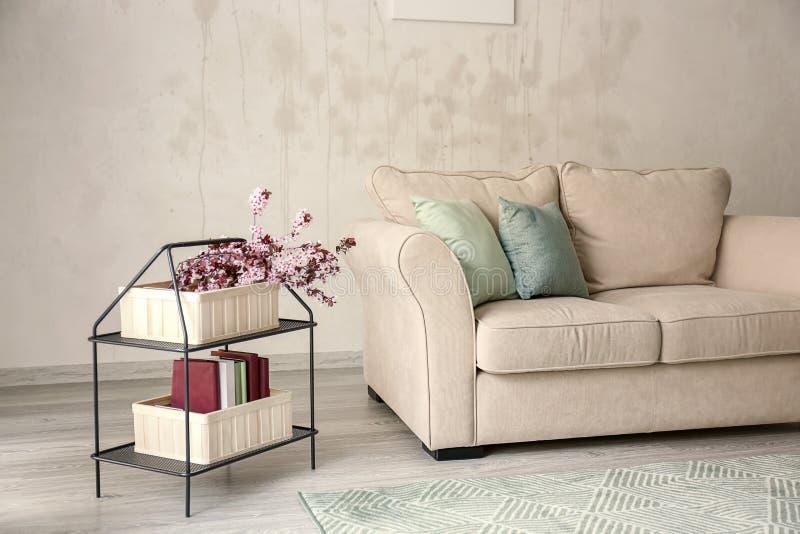 Interior da sala de Minimalistic com sofá acolhedor fotografia de stock