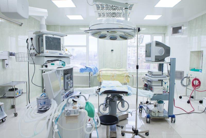 Interior da sala de operações na clínica moderna Detalhes do hospital - sala moderna da cirurgia com tecnologia e lâmpadas fotos de stock