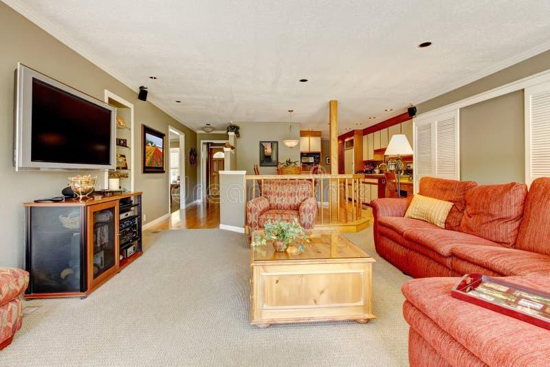 Interior da sala de visitas com sofá vermelho, tevê imagem de stock