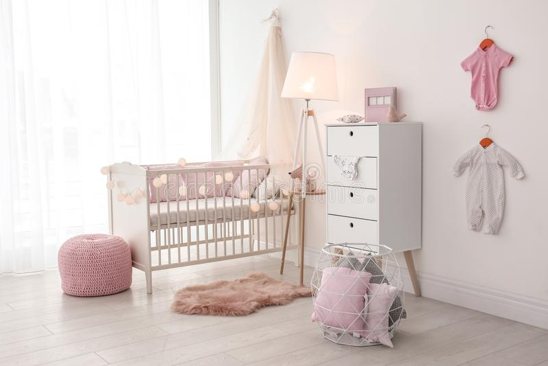 Interior da sala do bebê com ucha imagens de stock