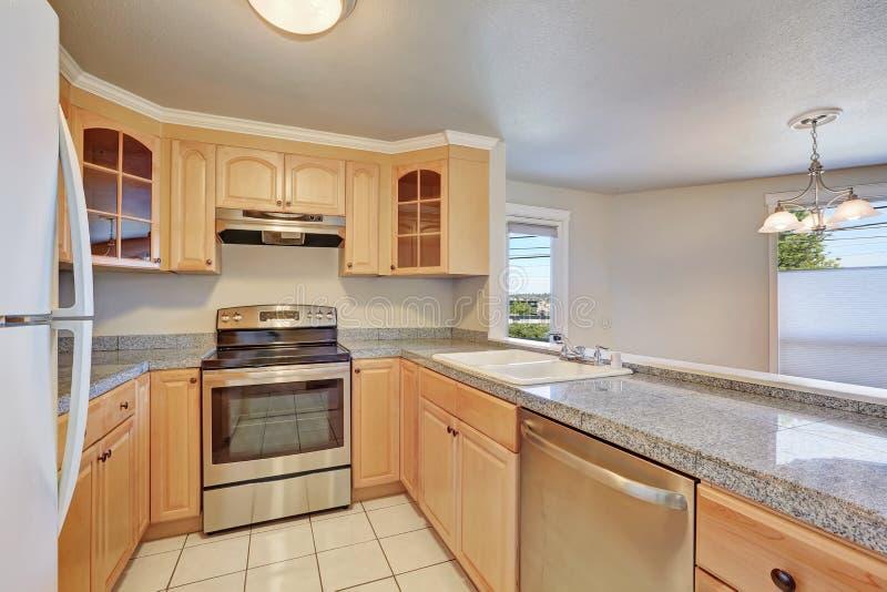 Interior da sala em forma de u agradável da cozinha imagem de stock