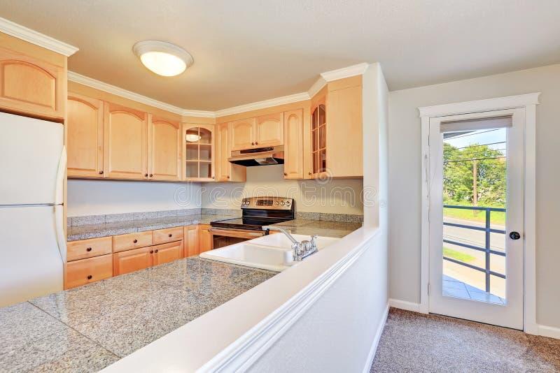 Interior da sala em forma de u agradável da cozinha imagens de stock royalty free