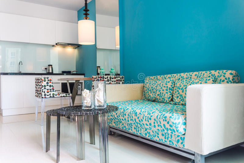 Interior da sala moderna da sala de visitas e da cozinha imagens de stock royalty free