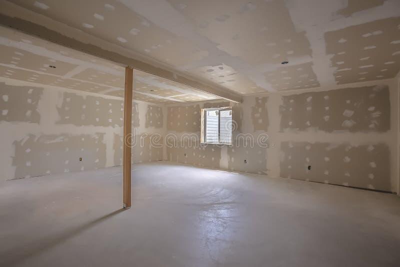 Interior da sala sob a construção com teto inacabado e assoalho da parede imagens de stock royalty free