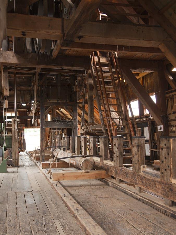 Interior da serração histórica imagem de stock