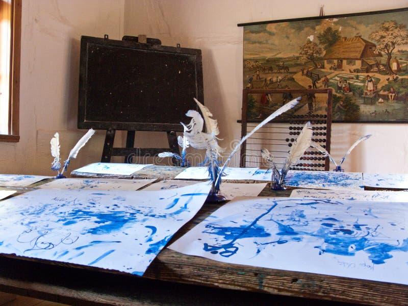 Interior da velha escola com penas da tinta imagem de stock royalty free