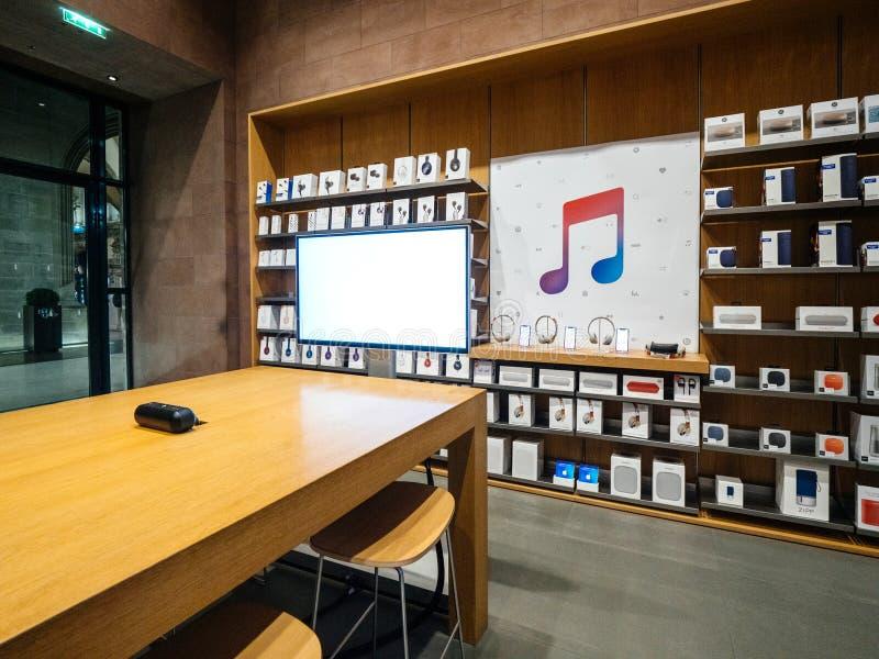 Interior de Apple Store con la bandera de la música de Apple en la pared fotos de archivo libres de regalías