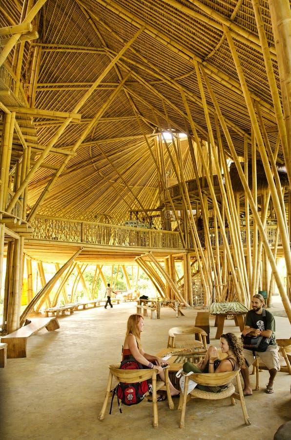 Interior de bambú de la escuela verde en Bali Indonesia fotos de archivo