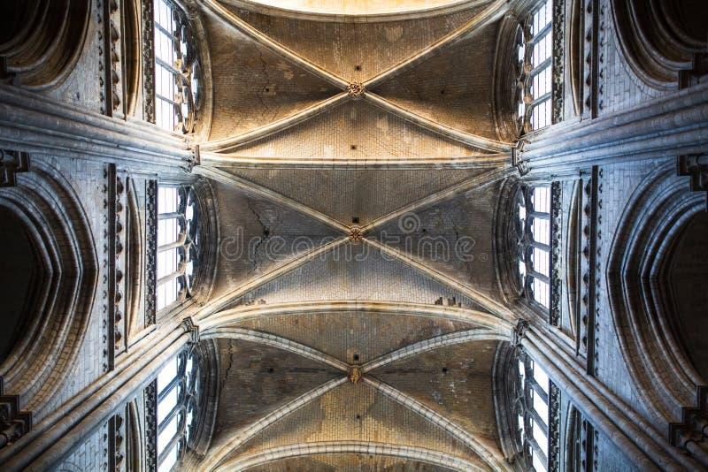 Interior de Cathedrale del santo de Ruán con las luces del sol fotos de archivo