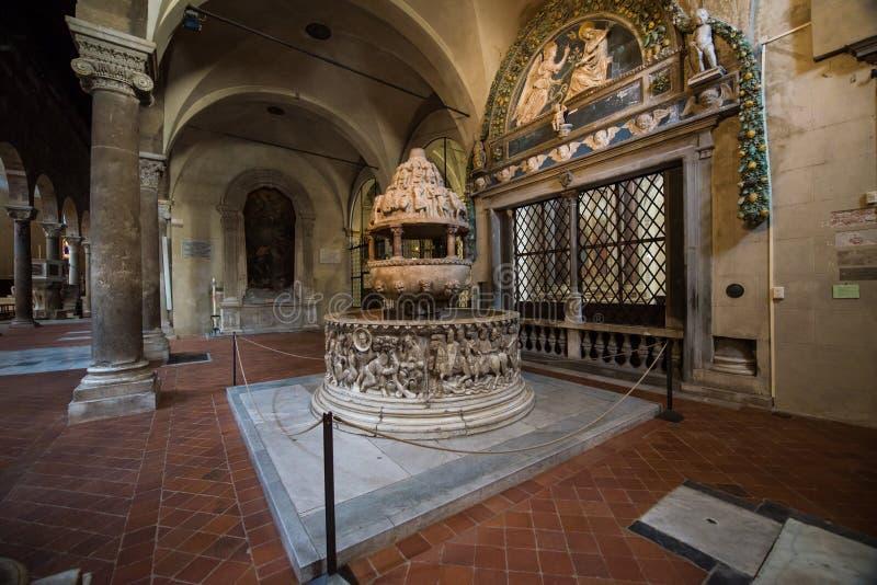 Interior de Chiesa di San Salvatore Lucca da água santamente foto de stock