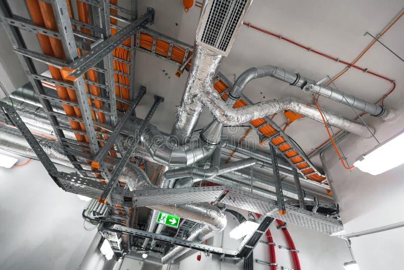 Interior de construção com tubulações imagens de stock royalty free