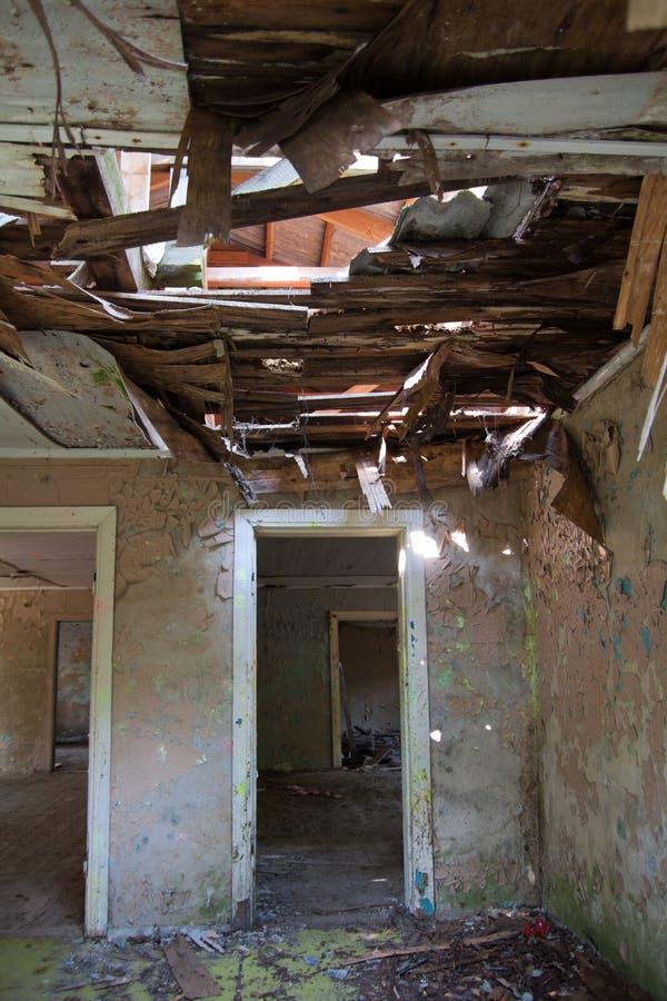 Interior de construção destruído fotografia de stock