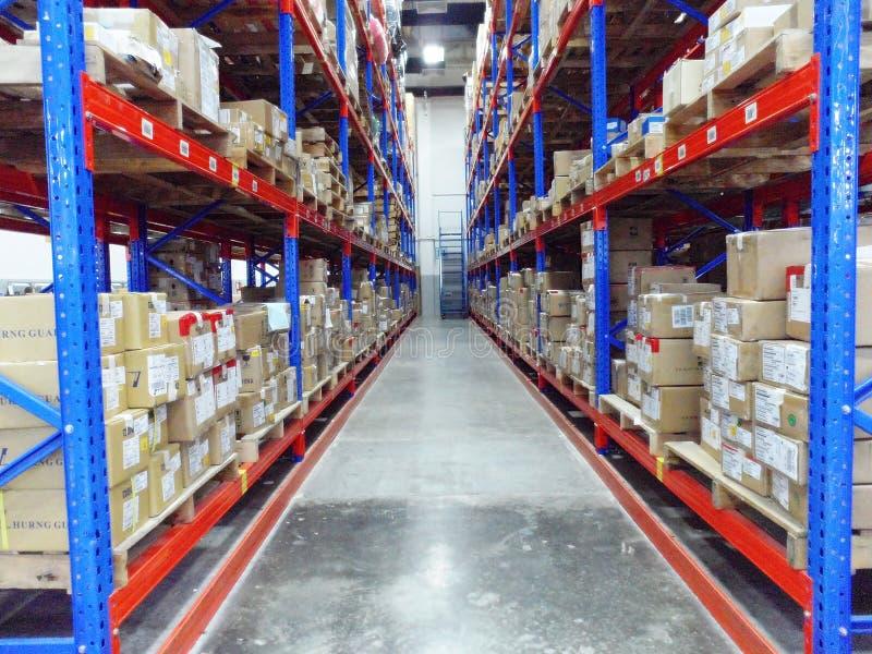 Interior de construção do armazém grande da logística do centro de distribuição fotografia de stock