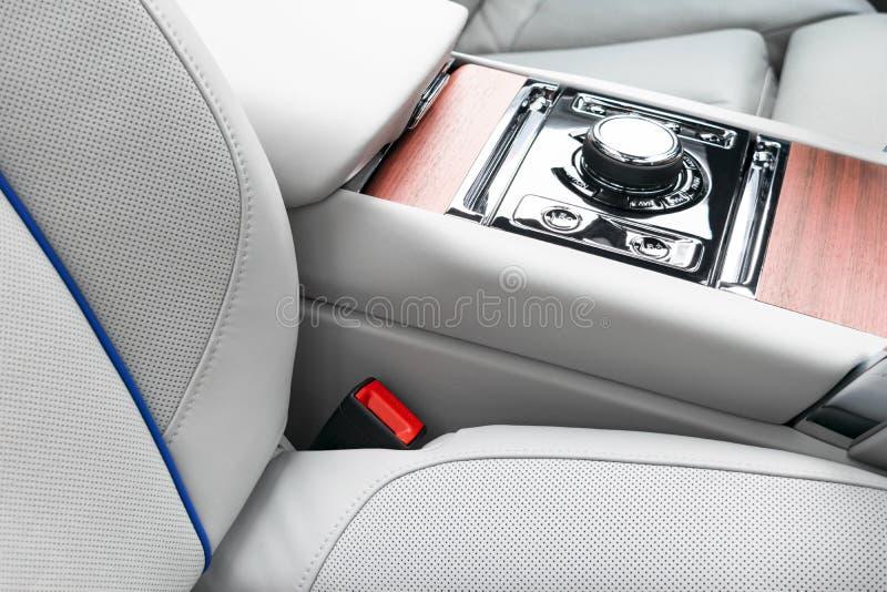 Interior de couro branco do carro luxuoso moderno com o painel de madeira natural Parte dos detalhes de couro do banco de carro c fotografia de stock royalty free