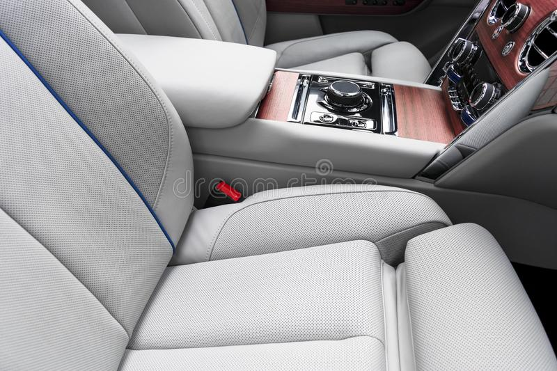Interior de couro branco do carro luxuoso moderno com o painel de madeira natural Parte dos detalhes de couro do banco de carro c imagem de stock royalty free