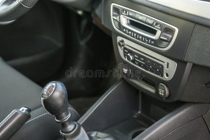 Interior de couro do preto luxuoso do carro Detalhe do close-up de freio manual do handbrake e vara do c?mbio de marchas no paine imagem de stock