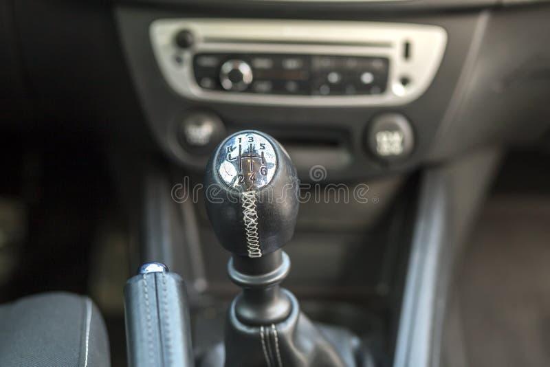 Interior de couro do preto luxuoso do carro Detalhe do close-up de freio manual do handbrake e vara do c?mbio de marchas no paine imagens de stock royalty free